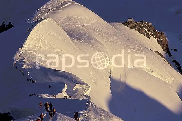 bb2513-34LE : Arête des Bosses, Mont-Blanc, Chamonix, Haute-Savoie, Alpes. alpinisme Europe, CEE, sport, loisir, action, sport extrême, sport de montagne, arête, ascension, C02, C01 groupe, haute montagne, personnage, Annecy 2018 (France).