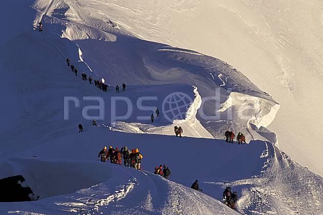 bb2513-37LE : Arête des Bosses, Mont-Blanc, Chamonix, Haute-Savoie, Alpes. alpinisme Europe, CEE, sport, loisir, action, sport extrême, sport de montagne, arête, ascension, C02, C01 groupe, haute montagne, personnage, Annecy 2018 (France).