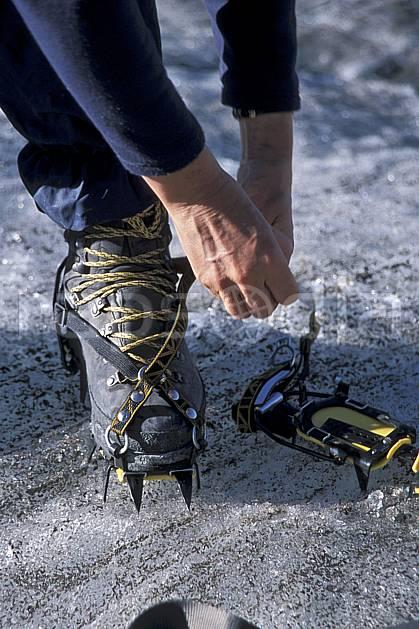 bb2521-35LE : Crampons à lanières, Alpes. alpinisme Europe, sport, loisir, action, sport extrême, sport de montagne, crampon, C02, C01 haute montagne, matériel, personnage, gros plan (Suisse).