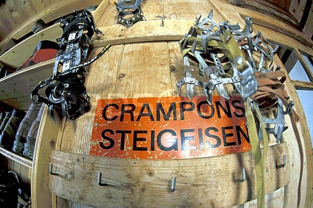 bb2524-17LE : Crampons, Cabane des Vignettes, Haute Route Chamonix / Zermatt, Alpes. alpinisme Europe, sport, loisir, action, sport extrême, sport de montagne, crampon, refuge, C02, C01 haute montagne, matériel, personnage (Suisse).