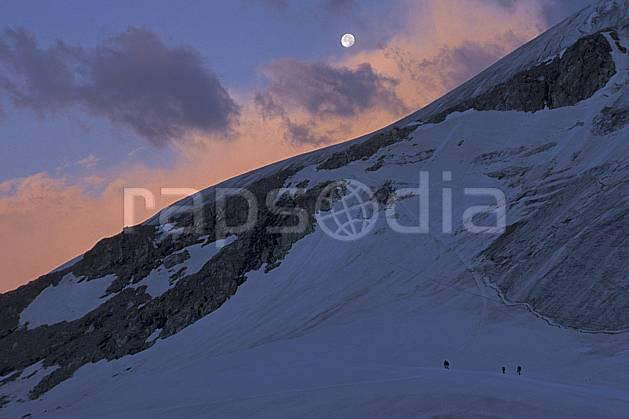 bb2525-09LE : Le Pigne d'Arolla, Haute Route Chamonix / Zermatt, Alpes. alpinisme Europe, sport, loisir, action, sport extrême, sport de montagne, ciel nuageux, effet de lumière, C02, C01 groupe, haute montagne, lune, nuage, paysage, personnage (Suisse).