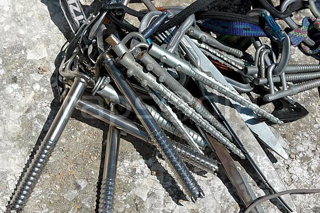 ca040175LE : Dry-tooling à Douvres, Broches à glace. dry tooling,  escalade Europe, CEE, sport, loisir, action, sport extrême, action, sport de montagne, craie, falaise, C02, C01 matériel (Royaume-Uni).