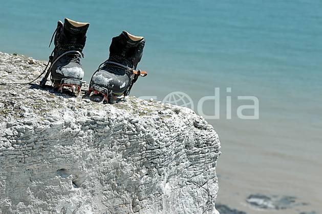 ca040186LE : Dry-tooling à Douvres, Chaussures et crampons. dry tooling,  escalade Europe, CEE, sport, loisir, action, sport extrême, action, sport de montagne, craie, falaise, chaussure, C02, C01 matériel, mer, personnage (Royaume-Uni).