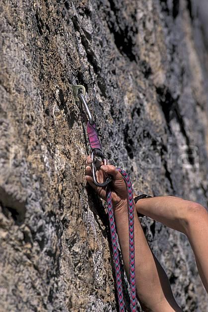 ca0855-31LE : Mousquetonnage. escalade Europe, CEE, sport, loisir, sport extrême, action, sport de montagne, corde, dégaine, main, C02, C01 matériel, gros plan (France).