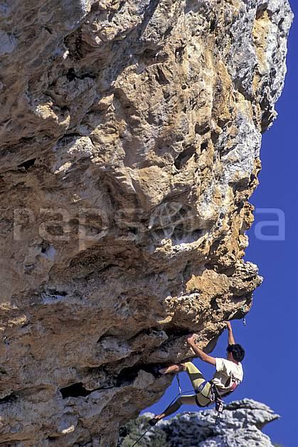 ca0945-19LE : Climbing, Sardaigne, Isili. escalade Europe, CEE, sport, loisir, sport extrême, action, sport de montagne, ciel bleu, corde, falaise, surplomb, C02, C01 homme, personnage (Italie).