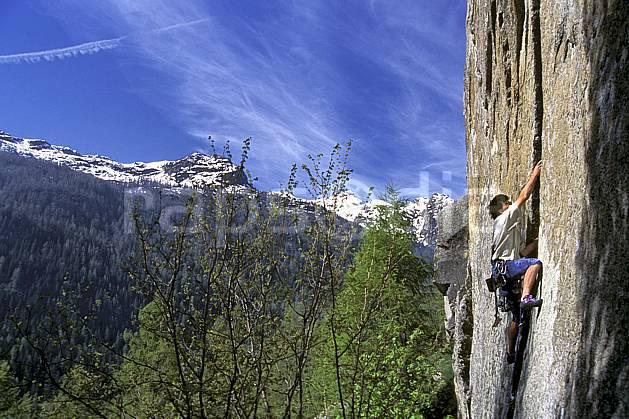 ca0968-07LE : Climbing, Valle del Orco, Alpes. escalade Europe, CEE, sport, loisir, sport extrême, action, sport de montagne, ciel bleu, corde, falaise, C02, C01 homme, paysage, personnage (Italie).