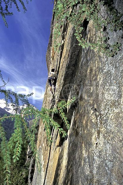 ca0968-33LE : Climbing, Valle del Orco, Alpes. escalade Europe, CEE, sport, loisir, sport extrême, action, sport de montagne, ciel bleu, corde, falaise, C02, C01 homme, personnage (Italie).