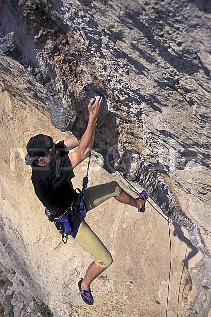 ca0982-18LE : Cimaï, Var. escalade Europe, CEE, sport, loisir, sport extrême, action, sport de montagne, colonnette, corde, dévers, falaise, C02, C01 homme, personnage (France).