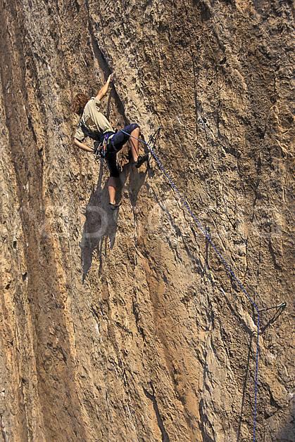 ca0982-32LE : Cimaï, Var. escalade Europe, CEE, sport, loisir, sport extrême, action, sport de montagne, corde, dévers, falaise, C02, C01 homme, personnage (France).