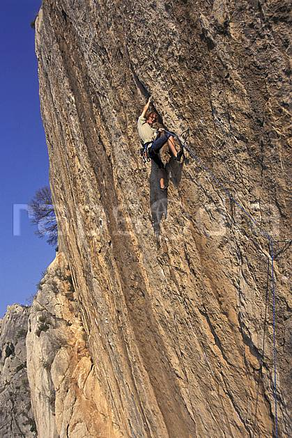 ca0982-33LE : Cimaï, Var. escalade Europe, CEE, sport, loisir, sport extrême, action, sport de montagne, corde, dévers, falaise, C02, C01 homme, personnage (France).