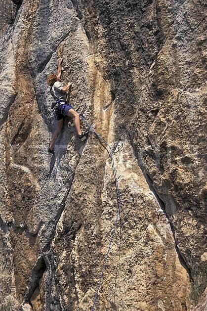 ca0984-23LE : Cimaï, Var. escalade Europe, CEE, sport, loisir, sport extrême, action, sport de montagne, corde, falaise, C02, C01 homme, personnage (France).