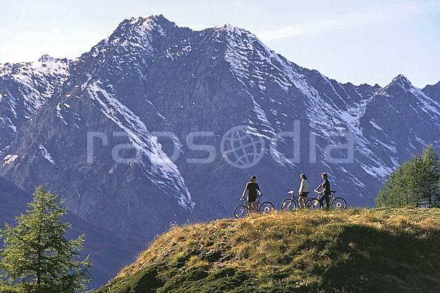 cb0837-36LE : Monal, Savoie. vtt,  cyclisme Europe, CEE, sport, loisir, action, sport extrême, sport de montagne, ciel bleu, repos, C02, C01 groupe, moyenne montagne, paysage, personnage (France).