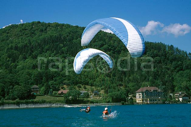 cc2480-15GE paragliding acrobatic, annecy, haute-savoie, paragliding, Europe, EEC, sport, leisure, action, aerial sport, extreme sport, mountain sport, apprehension, blue sky, float, fright, gladding, flight, environment, group, habitation, man, lake, landscape, people, Annecy 2018 (France).