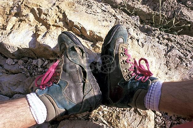 cg0344-30LE : Chaussure de randonnée usagées. randonnée pédestre Europe, CEE, sport, rando, loisir, action, sport de montagne, chaussure, C02, C01 gros plan, homme, moyenne montagne, personnage (France).