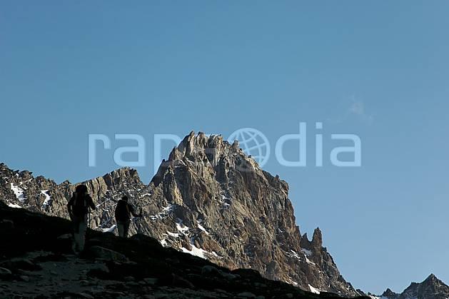 cg041247LE : Combe de la Neuva, Beaufortain, Savoie, Alpes. randonnée pédestre Europe, CEE, sport, rando, loisir, action, sport de montagne, C02, C01 couple, moyenne montagne, paysage, personnage (France).