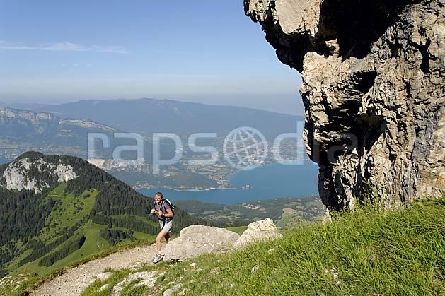 cg062507LE : Randonnée à la Tournette, lac d'Annecy, Haute-Savoie, Alpes. randonnée pédestre Europe, CEE, sport, rando, loisir, action, sport de montagne, C02, C01 femme, lac, moyenne montagne, paysage, personnage, Annecy 2018 (France).