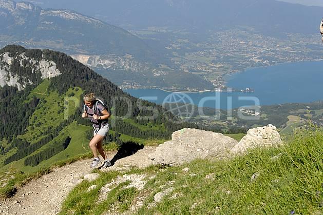 cg062508LE : Randonnée à la Tournette, lac d'Annecy, Haute-Savoie, Alpes. randonnée pédestre Europe, CEE, sport, rando, loisir, action, sport de montagne, C02, C01 femme, lac, moyenne montagne, paysage, personnage, Annecy 2018 (France).