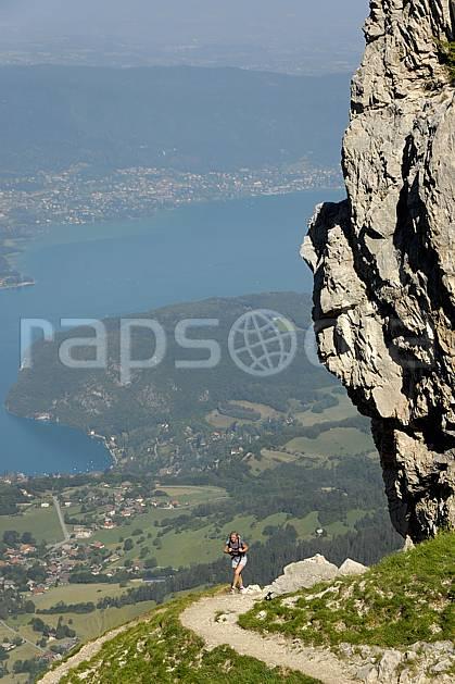 cg062512LE : Randonnée à la Tournette, lac d'Annecy, Haute-Savoie, Alpes. randonnée pédestre Europe, CEE, sport, rando, loisir, action, sport de montagne, C02, C01 femme, lac, moyenne montagne, paysage, personnage, Annecy 2018 (France).