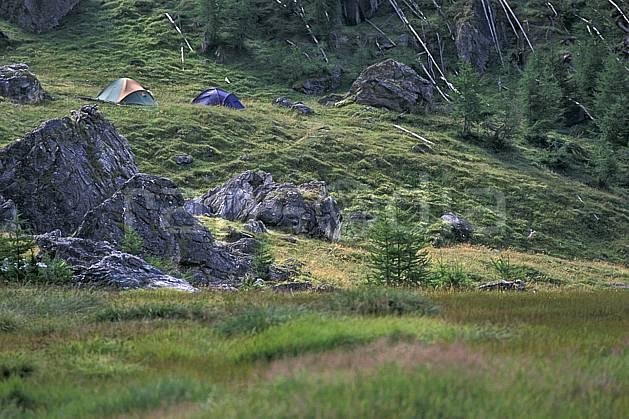 cg0819-14LE : Le Monal, Camping sauvage, Tarentaise, Savoie, Alpes. randonnée pédestre Europe, CEE, sport, rando, loisir, action, sport de montagne, herbe, tente, C02, C01 bivouac, moyenne montagne (France).