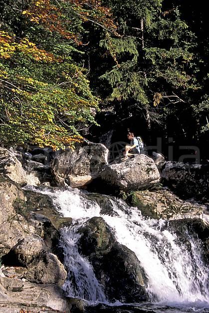 cg0841-27LE : Pas du Roc, Haute-Savoie, Alpes. randonnée pédestre Europe, CEE, sport, rando, loisir, action, sport de montagne, C02, C01 arbre, femme, moyenne montagne, personnage, rivière, Annecy 2018 (France).