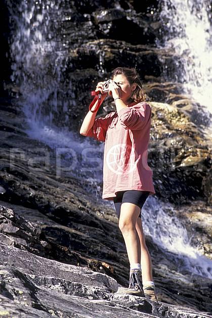 cg0851-11LE : Grand Paradis, Alpes. randonnée pédestre Europe, CEE, sport, rando, loisir, action, sport de montagne, repos, C02, C01 cascade, femme, moyenne montagne, personnage (Italie).