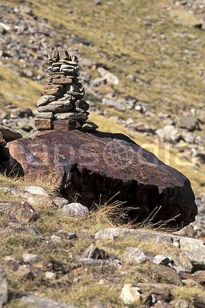 cg0851-36LE : Cairn. randonnée pédestre Europe, CEE, sport, rando, loisir, action, sport de montagne, cairn, C02, C01 moyenne montagne (France).