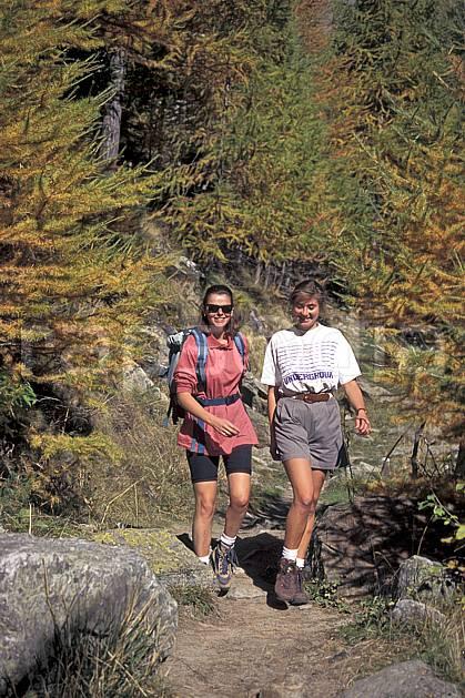 cg0852-03LE : Grand Paradis, Alpes. randonnée pédestre Europe, CEE, sport, rando, loisir, action, sport de montagne, sourire, C02, C01 arbre, femme, groupe, moyenne montagne, personnage (Italie).