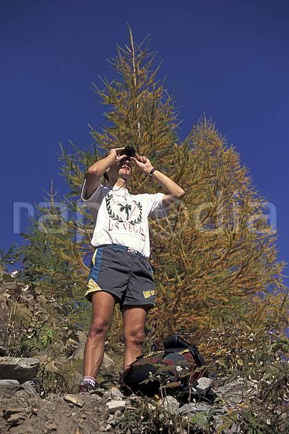 cg0852-18LE : Grand Paradis, Alpes. randonnée pédestre Europe, CEE, sport, rando, loisir, action, sport de montagne, ciel bleu, repos, sapin, jumelles, C02, C01 arbre, homme, moyenne montagne, personnage (Italie).