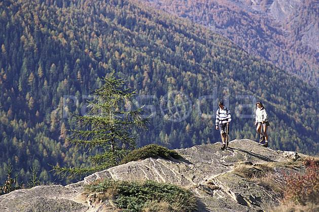 cg0853-34LE : Grand Paradis, Alpes. randonnée pédestre Europe, CEE, sport, rando, loisir, action, sport de montagne, sapin, C02, C01 arbre, couple, femme, forêt, homme, moyenne montagne, personnage (Italie).