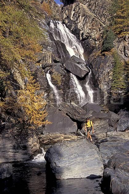 cg0854-31LE : Grand Paradis, Alpes. randonnée pédestre Europe, CEE, sport, rando, loisir, action, sport de montagne, C02, C01 cascade, homme, moyenne montagne, personnage (Italie).
