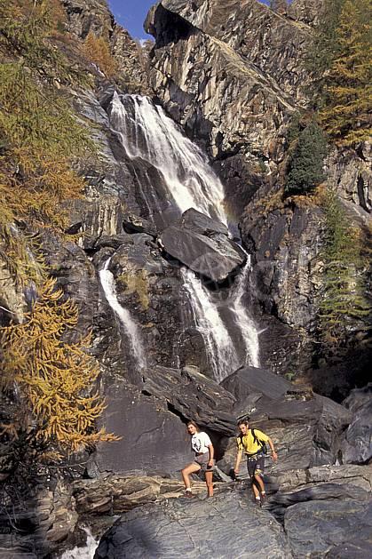 cg0854-33LE : Grand Paradis, Alpes. randonnée pédestre Europe, CEE, sport, rando, loisir, action, sport de montagne, C02, C01 cascade, couple, femme, homme, moyenne montagne, personnage (Italie).