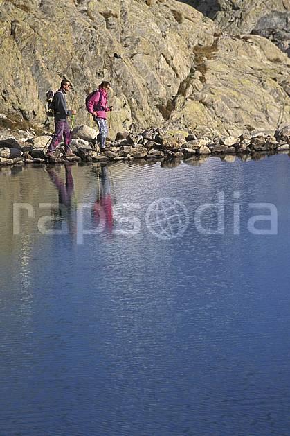 cg0863-05LE : Le Lac Blanc, Aiguilles Rouges, Chamonix, Haute-Savoie, Alpes. randonnée pédestre Europe, CEE, sport, rando, loisir, action, sport de montagne, C02, C01 couple, femme, homme, lac, moyenne montagne, personnage, Annecy 2018 (France).