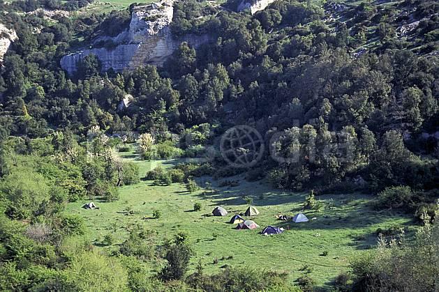 cg0942-02LE : Camping sauvage, Isili, Sardaigne. randonnée pédestre Europe, CEE, sport, rando, loisir, action, sport de montagne, herbe, tente, C02, C01 arbre, bivouac, matériel (Italie).