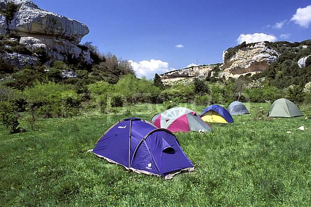 cg0943-27LE : Camping sauvage, Isili, Sardaigne. randonnée pédestre Europe, CEE, sport, rando, loisir, action, sport de montagne, ciel bleu, herbe, tente, C02, C01 bivouac, matériel (Italie).