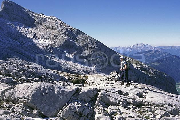 cg1046-11LE : Pointe Percée, Haute-Savoie, Alpes. randonnée pédestre Europe, CEE, sport, rando, loisir, action, sport de montagne, ciel bleu, C02, C01 femme, moyenne montagne, paysage, personnage, Annecy 2018 (France).