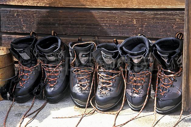 cg2749-18LE : Chaussure de montagne. randonnée pédestre Europe, CEE, sport, rando, loisir, action, sport de montagne, chaussure, C02, C01 matériel (France).