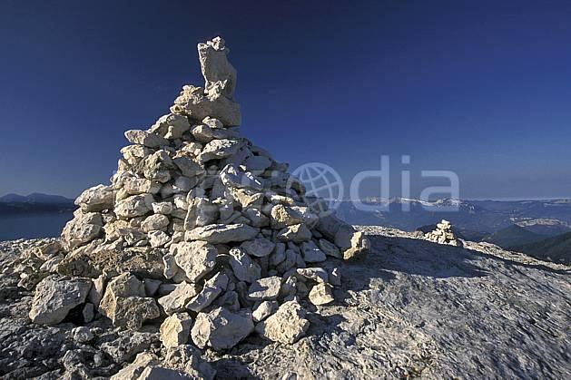 cg3021-05LE : Caïrn, Dent de Crolles, Chartreuse, Alpes. randonnée pédestre Europe, CEE, sport, rando, loisir, action, sport de montagne, signalisation, C02, C01 moyenne montagne, paysage (France).