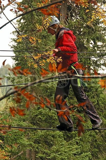 ck042432LE : Parcours-aventure des Saisies, Beaufortain, Savoie, Alpes. parcours aventure Europe, CEE, loisir, acrobranche, action, pont suspendu, casque, C02, C01 femme, forêt, moyenne montagne, paysage, personnage (France).