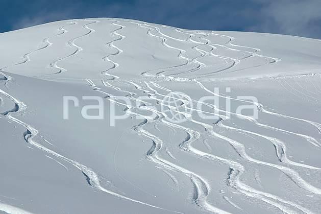 da050028LE : Traces de ski. ski de piste,  ski hors piste Europe, CEE, sport, loisir, action, glisse, sport de montagne, sport d'hiver, ski, sport extrême, poudreuse, C02, C01 moyenne montagne, paysage (France).