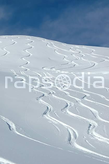da050029LE : Traces de ski. ski de piste,  ski hors piste Europe, CEE, sport, loisir, action, glisse, sport de montagne, sport d'hiver, ski, sport extrême, poudreuse, C02, C01 moyenne montagne, paysage (France).