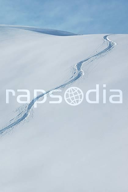 da050032LE : Traces de ski. ski de piste,  ski hors piste Europe, CEE, sport, loisir, action, glisse, sport de montagne, sport d'hiver, ski, sport extrême, poudreuse, C02, C01 moyenne montagne, paysage (France).