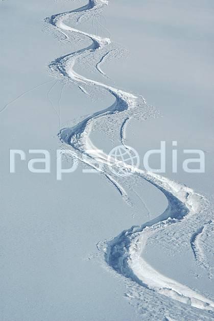 da050035LE : Traces de ski. ski de piste,  ski hors piste Europe, CEE, sport, loisir, action, glisse, sport de montagne, sport d'hiver, ski, sport extrême, poudreuse, C02, C01 moyenne montagne, paysage (France).