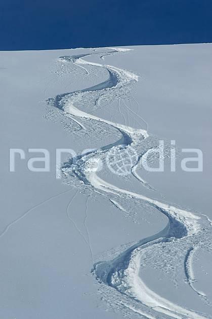 da050043LE : Traces de ski. ski de piste,  ski hors piste Europe, CEE, sport, loisir, action, glisse, sport de montagne, sport d'hiver, ski, sport extrême, poudreuse, C02, C01 moyenne montagne, paysage (France).