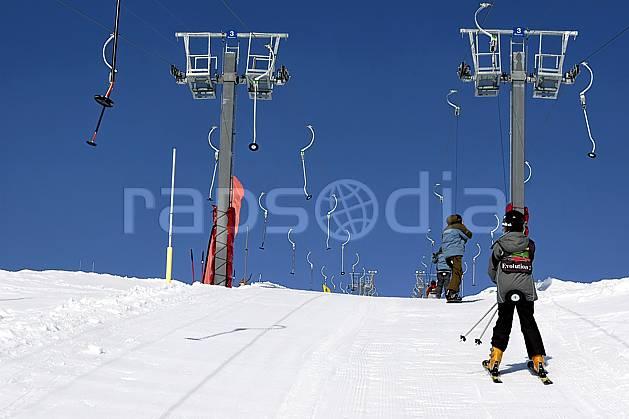 da052032LE : Remontées mécaniques à Tignes, Savoie, Alpes. ski de piste Europe, CEE, sport, loisir, action, glisse, sport de montagne, sport d'hiver, ski, téléski, casque, C02, C01 groupe, moyenne montagne, personnage (France).