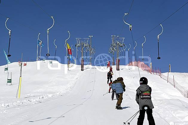 da052035LE : Remontées mécaniques à Tignes, Savoie, Alpes. ski de piste Europe, CEE, sport, loisir, action, glisse, sport de montagne, sport d'hiver, ski, téléski, casque, C02, C01 groupe, moyenne montagne, personnage (France).