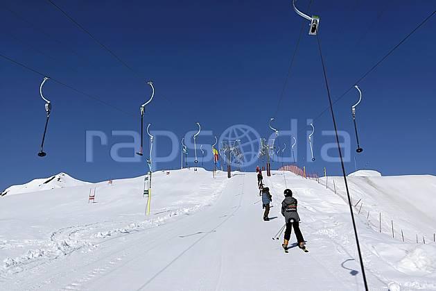 da052036LE : Remontées mécaniques à Tignes, Savoie, Alpes. ski de piste Europe, CEE, sport, loisir, action, glisse, sport de montagne, sport d'hiver, ski, téléski, casque, C02 groupe, moyenne montagne, personnage (France).