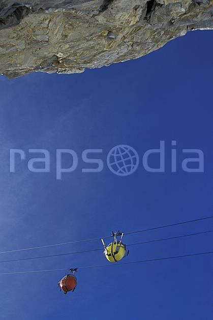da0524-11LE : Ski de piste, Oeufs, Courchevel, Savoie, Alpes. ski de piste Europe, CEE, sport, loisir, action, glisse, sport de montagne, sport d'hiver, ski, ciel bleu, télécabine, C02, C01 environnement, personnage (France).
