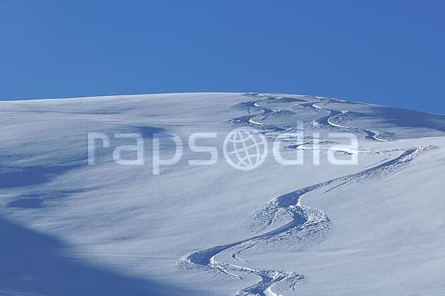 da060521LE : Trace de ski dans la poudreuse, Savoie, Alpes. ski de piste Europe, CEE, sport, loisir, action, glisse, sport de montagne, sport d'hiver, ski, poudreuse, C02, C01 moyenne montagne, paysage (France).