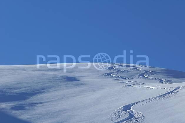 da060522LE : Trace de ski dans la poudreuse, Savoie, Alpes. ski de piste Europe, CEE, sport, loisir, action, glisse, sport de montagne, sport d'hiver, ski, C02, C01 moyenne montagne, paysage (France).