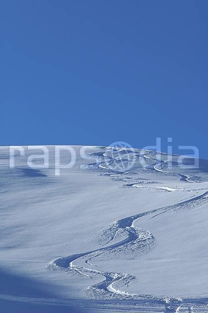 da060523LE : Trace de ski dans la poudreuse, Savoie, Alpes. ski de piste Europe, CEE, sport, loisir, action, glisse, sport de montagne, sport d'hiver, ski, C02, C01 moyenne montagne, paysage (France).